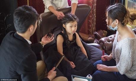Các bé lần lượt được làm tóc, trang điểm, phục sức đi dự tiệc. Khởi động buổi học, các bé sẽ được chuẩn bị về ngoại hình.