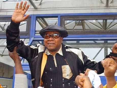 Ông chuyển tới sống ở Paris hồi thập niên 1980 và đã giúp đưa âm nhạc Congo và âm nhạc châu Phi tới với người yêu nhạc trên khắp thế giới.