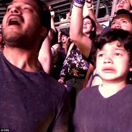 Đoạn video clip được ghi lại bởi gia đình cậu bé, trong đó xuất hiện cha của cậu - anh Luis Vazquez. Người cha đã cùng con tận hưởng một đêm rock cuồng nhiệt và đã chia sẻ cảm xúc khó diễn tả cùng với cậu bé.