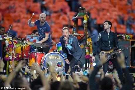 """Đoạn video đã thu hút sự chú ý của ban nhạc Coldplay và được ban nhạc chia sẻ lại trên trang fanpage chính thức với dòng bình luận: """"Những điều như thế này khiến mọi thứ trở nên đáng giá hơn. Chào Luis và cậu con trai đáng yêu của anh! Yêu mến!""""."""
