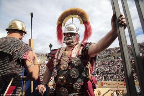Lễ hội văn hóa này được tổ chức tại đài vòng ở thành phố Nimes của Pháp. Hàng chục ngàn người đã đổ về đây mỗi năm để được chứng kiến những màn tái hiện hoành tráng đời sống sinh hoạt văn hóa của người dân dưới thời Đế chế La Mã.