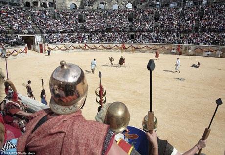 Hơn 500 tình nguyện viên đến từ nhiều nước Châu Âu đã tham gia sự kiện này, họ trở thành những diễn viên quần chúng tái hiện khung cảnh đời sống xa xưa của người La Mã.