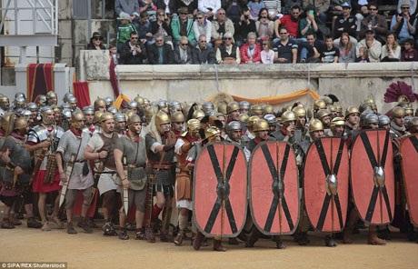 Những chiến thắng của quân đội La Mã phụ thuộc vào kỷ luật nghiêm ngặt. Trong ảnh, những diễn viên quần chúng hóa thân vào vai các chiến binh La Mã.