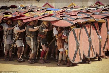 Đến với Nimes những ngày này, du khách còn được xem những triển lãm về chiến thuyền, chiến xa thời La Mã cùng những trưng bày về chiến thuật quân sự. Tại đài vòng của Nimes, diễn viên quần chúng còn trình diễn những đội hình đặc trưng của quân đội La Mã, như đội hình mai rùa với các tấm khiên tạo thành lớp lá chắn bảo vệ.