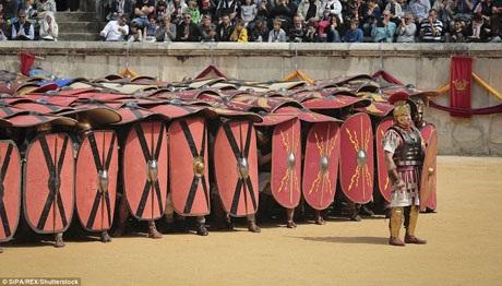 Với những tấm khiên khép chặt, những nhóm binh lính có thể băng qua trận địa với mức độ thương vong giảm đi đáng kể.