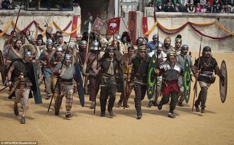 Một nhóm binh lính cầm giáo mác, thét vang tiến lên, tấn công quân địch.