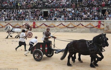 Những cuộc đua với chiến xa là một nét quen thuộc của đời sống La mã. Những cuộc đua như vậy thường thu hút rất đông người đến xem bởi sự kịch tính.