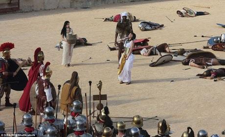 Tái hiện cảnh Nữ hoàng Cleopatra tự sát bằng rắn độc. Từ đây, Đế chế La Mã nắm quyền kiểm soát đối với cả Ai Cập.