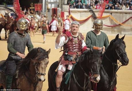 Những kỵ binh La Mã có thể đội những chiếc mũ sắt như trong hình. Đó thường là những chiếc mũ được thiết kế cầu kỳ và điểm trang bằng những kim loại quý.