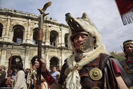 Những người làm nhiệm vụ bảo vệ lá cờ nghi thức của quân đoàn thường mặc những bộ trang phục lông thú dữ tợn.