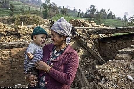 """Sau trận động đất thứ nhất, mẹ con chị Dolma còn phải trải qua một cơn trở dạ """"hú hồn"""" và một cơn dư chấn """"thót tim"""". Ở thời điểm một năm sau những biến cố, chị Dolma đã dần cảm thấy nhịp sống bình yên trở lại."""