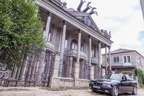 Một ngôi nhà được xây dựng lấy cảm hứng từ nhà hát Bolshoi ở Moscow, Nga. Mặt tiền tòa nhà có chi tiết trang trí là hình ba chú ngựa kéo cỗ xe, tương đồng với chi tiết trang trí của mặt tiền nhà hát Bolshoi.