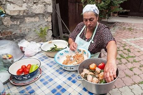 """Vợ của """"nam tước"""" - """"nam tước phu nhân"""" Lidiya - đang chuẩn bị món cải bắp nhồi thịt trong sân sau của biệt thự."""