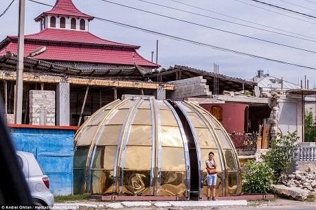 Một mái vòm màu vàng kim theo phong cách của những nhà thờ giáo hội chính thống.