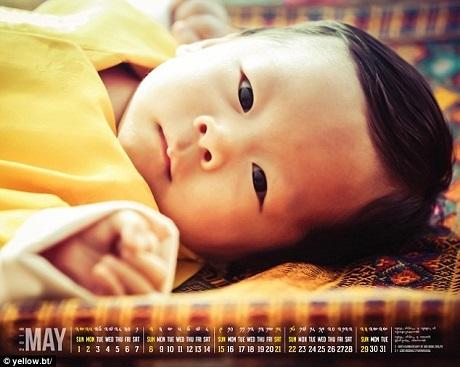 Trang web chính thức của Hoàng gia Bhutan, nơi chuyên đăng tải các thông tin để đông đảo dân chúng được biết, đã vừa đăng lên một bức ảnh lịch trong đó xuất hiện chân dung cận cảnh hoàng tử bé của Bhutan - Jigme Namgyel Wangchuck.