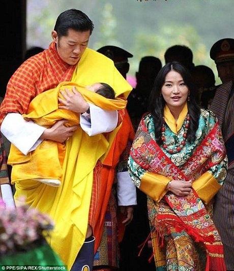 Ngày 16/4 vừa qua, hoàng tử bé của Bhutan mới được đặt tên trong một nghi lễ tôn giáo trang nghiêm, khi đó, hoàng tử đã tròn 2 tháng tuổi.