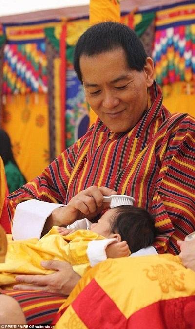 Trước buổi lễ đặt tên, ông nội của hoàng tử bé đã tự tay chải tóc cho cháu trai.