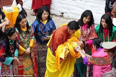 Tại buổi lễ đặt tên, những thành viên quan trọng trong Hoàng gia Bhutan gồm Đức vua cha và 5 người vợ của ngài, cùng với Đức vua Bhutan đương nhiệm, đương kim Hoàng hậu và Hoàng tử bé đã cùng dự buổi lễ với những thầy tu và đội nhạc lễ.