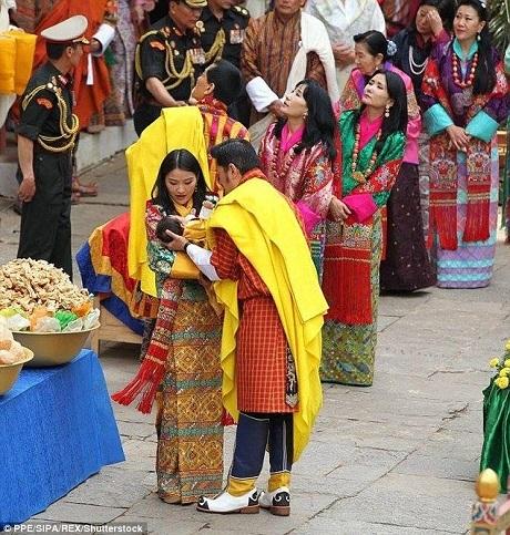 Dù Đức vua cha có 5 người vợ, nhưng đức vua hiện tại của Bhutan đã khẳng định rằng ngài sẽ chỉ lấy một người vợ duy nhất chính là đương kim Hoàng hậu.
