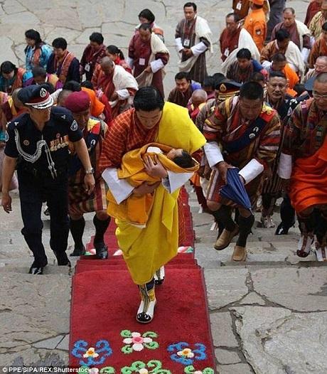 Hoàng tử bé trong lễ đặt tên được Đức vua Bhutan bế vào trong lâu đài cổ.