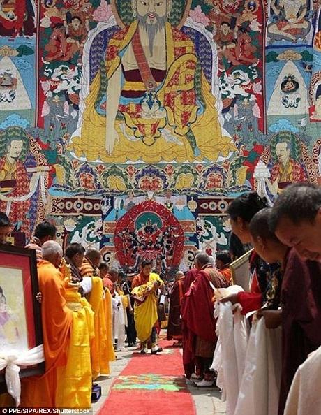 Buổi lễ có sự hiện diện của các thầy tu và dàn nhạc lễ.