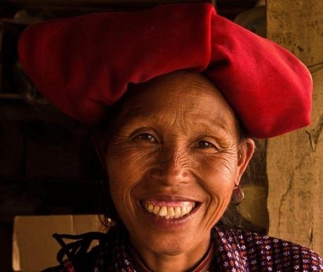 """Bức """"Nụ cười hạnh phúc"""" - Roberto Alemu (Anh). Rong ruổi trên chiếc xe máy đi du lịch ở Sa Pa, Roberto đã gặp người phụ nữ này. Chị đề nghị anh chở giúp về nhà bởi nếu đi bộ chị sẽ phải mất 45 phút trong khi chị đang phải địu trên lưng nhiều gạo và trứng. Roberto đã đèo chị về nhà và được chị mời uống trà. Nụ cười này là khi hai người đang ngồi uống trà trong nhà chị."""