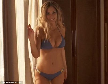 Đoạn quảng cáo này được thực hiện khi người mẫu 30 tuổi đang mang thai tháng thứ 3. Hiện tại, Refaeli đã mang bầu ở tháng thứ 5.