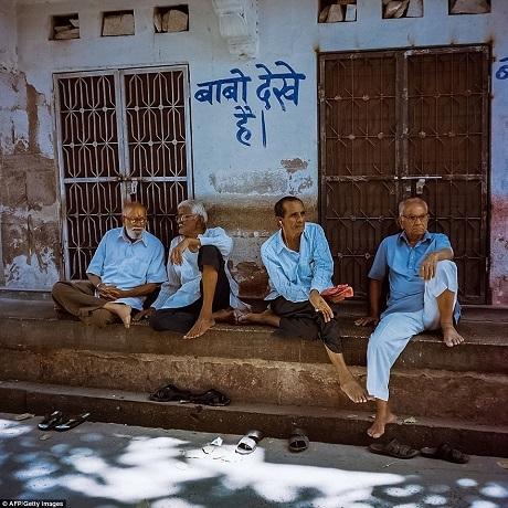 Những ông cụ hàng xóm cùng ngồi bên hiên hè hóng mát và trò chuyện. Vào mỗi buổi chiều, cảnh người dân ngồi bên hàng hiên hóng gió là rất thường thấy ở Jodhpur.