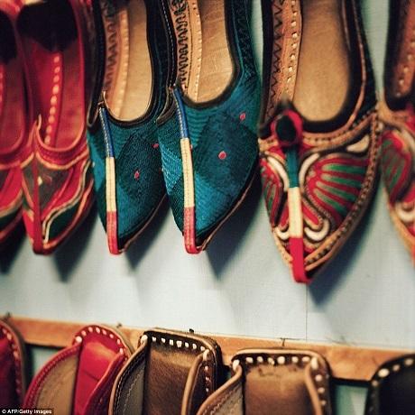 Những đôi giày truyền thống được thêu móc cầu kỳ bày bán tại một cửa hiệu.