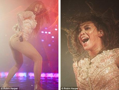 """Đoạn clip ngắn ghi lại hình ảnh cụ ông bình tĩnh đọc sách khi """"nữ hoàng nhạc pop"""" Beyonce đang trình diễn bản hit """"Drunk In Love"""" trên sân khấu (ảnh)."""