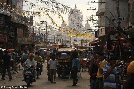 Bức vẽ khắc họa quang cảnh thành phố Amritsar, Ấn Độ.