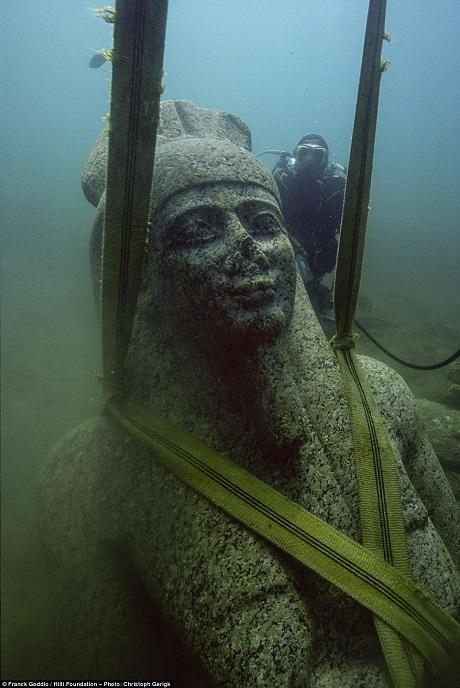 Những dây đai an toàn được chằng xung quanh bức tượng cao 5,4m khắc họa vị thần Hapy vốn quản lý dòng nước lên xuống của sông Nile. Bức tượng bằng đá granit đỏ khổng lồ là một trong những hiện vật điểm nhấn sắp được trưng bày. Tượng nặng 6 tấn và có niên đại từ thế kỷ thứ 4 trước Công nguyên. Đây là bức tượng lớn nhất từng được tìm thấy khắc họa thần Hapy.