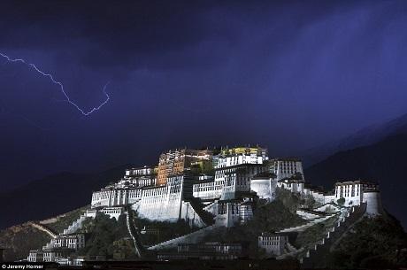 Một tia sét đánh trên bầu trời cung điện Potala như thắp sáng cảnh qua nơi này trong cơn bão đổ xuống Lhasa, Trung Quốc.