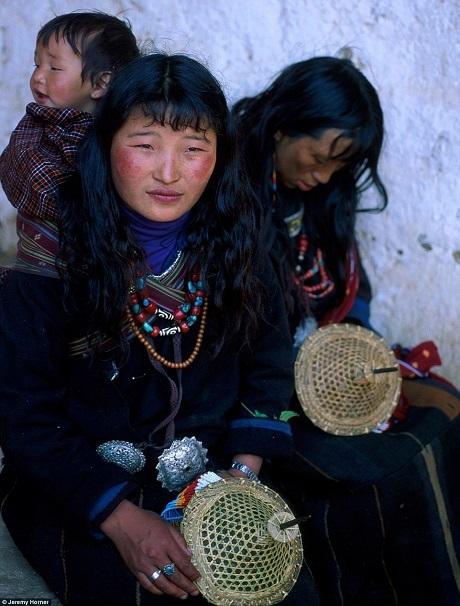 Những người dân tộc ở Bhutan thực hiện chuyến hành hương thường niên tới lễ hội Punakha nơi những hoạt động cúng tế và những vũ điệu tôn giáo sẽ được tổ chức bên trong tu viện uy nghi, tráng lệ.