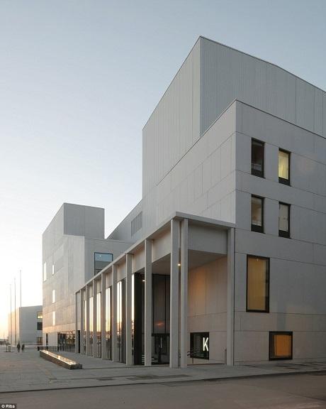 Bodo là một thị trấn nhỏ ở Na Uy với dân số chỉ khoảng 50.000 người. Tuy vậy, công trình Stormen của Bodo thực sự đáng nể và là nét kiến trúc điểm nhấn của thị trấn. Khu phức hợp Stormen được tạo nên từ hai tòa nhà, ở đây gồm có một thư viện và một nhà hát với ba phòng hòa nhạc.