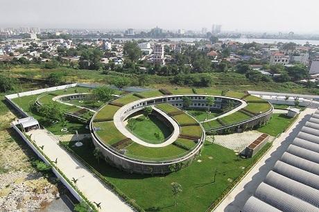 Mẫu giáo nông trại ở thành phố Biên Hòa, Việt Nam, được thiết kế để là nơi trông nom 500 em nhỏ có cha mẹ làm việc trong một nhà máy sản xuất giày ở gần đó. Tòa nhà có phần mái trồng cỏ xanh và các lùm cây, đem lại cho trẻ em trải nghiệm làm nghề nông và một sân chơi mở rộng lên tới tận tầng mái lớp học.