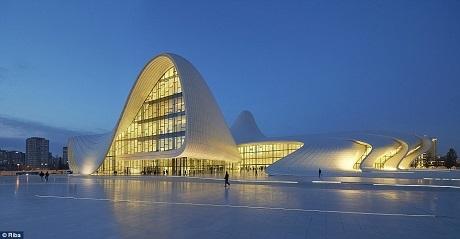 Trung tâm Heydar Aliyev ở thủ đô Baku, Azerbaijan, từng được thiết kế bởi nữ kiến trúc sư quá cố nổi tiếng thế giới - Zaha Hadid. Trung tâm văn hóa Heydar Aliyev là nơi tổ chức các buổi hòa nhạc, triển lãm.
