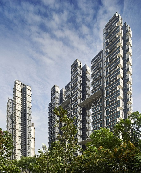 Có tổng cộng 960 căn hộ nằm trong tòa nhà Sky Terrace (Thang mây) - một khu căn hộ phức hợp của Singapore. Năm tòa tháp chung cư được thiết kế với tiêu chí tiết kiệm năng lượng, gia tăng tương tác xã hội, có hệ thống tận dụng nước mưa phun tưới tự động cho cây xanh và sử dụng nhiều tấm pin năng lượng mặt trời.