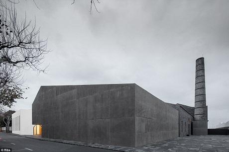 Trung tâm nghệ thuật đương đại Arquipelago trước đây vốn là một nhà máy nằm trên quần đảo Azores của Bồ Đào Nha. Các kiến trúc sư đã tìm cách tận dụng lại những tòa nhà cũ của nhà máy, biến nó trở thành một không gian nghệ thuật trên một quần đảo nằm giữa Đại Tây Dương.