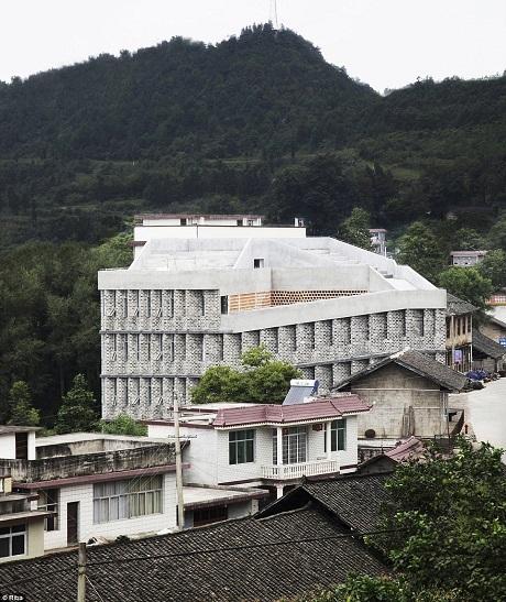 Bệnh viện Angdong ở tỉnh Hồ Nam, Trung Quốc là một bệnh viện công được xây dựng lên ở một vùng quê, dựa trên sự hỗ trợ của tổ chức từ thiện. Công trình được thiết kế để trở nên thân thiện nhất với người dân.