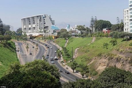 Trường Đại học UTEC của Peru là một công trình phục vụ nghiên cứu hàn lâm mới được xây dựng lên để dành cho các sinh viên chuyên ngành kỹ thuật và công nghệ. Công trình nằm gần một đường giao thông đông đúc.