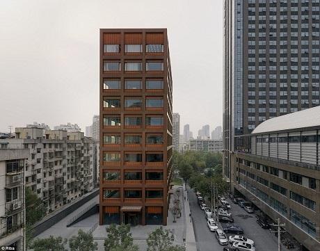Tòa nhà văn phòng nằm trong thành phố Hàng Châu, Trung Quốc với mặt tiền được làm hoàn toàn từ kim loại bọc đồng và kính.