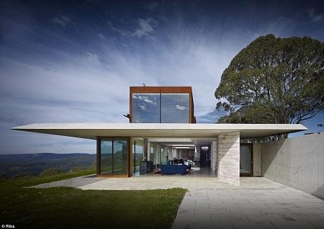 Nhà Tàng hình ở Úc từng được bình chọn là Ngôi nhà của năm hồi năm 2014 bởi Viện Kiến trúc Úc. Tòa nhà được thiết kế để dùng làm nơi nghỉ dưỡng cho một nhà làm phim. Nhà Tàng hình trông ra thung lũng Megalong nằm ở chân dãy núi Blue thuộc vùng ngoại ô Hampton, Melbourne.