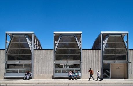 Thư viện công cộng Constitución, Chile, vừa mở cửa vào năm ngoái. Công trình được xây dựng lên với nỗ lực làm đẹp thêm cho thành phố Constitución sau khi nơi này gặp phải động đất và sóng thần khiến quang cảnh thành phố bị ảnh hưởng nặng nề hồi năm 2010.