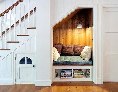 """Không nhất thiết nhà phải rộng như biệt thự, bạn mới có thể có được một góc đọc sách cho riêng mình. Một góc phòng nhỏ với một chút đầu tư nằm ngay dưới gầm cầu thang cũng đủ khiến """"mọt sách"""" thỏa mãn."""