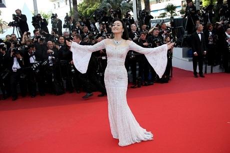 """Củng Lợi xuất hiện trên thảm đỏ Cannes trong buổi công chiếu phim """"Café Society"""" - bộ phim công chiếu mở màn cho liên hoan năm nay."""