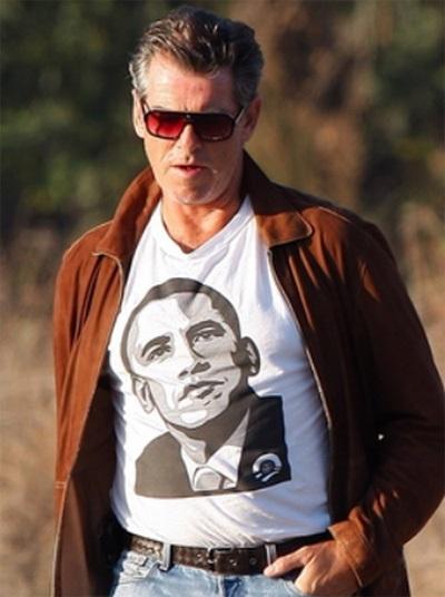 Nam diễn viên Pierce Brosnan mặc áo phông in hình ông Obama.