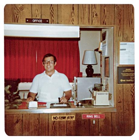 """Gerald Foos, một cựu quân nhân từng được đánh giá cao trong quân đội, sau khi giải ngũ đã mua lại một khách sạn ở thành phố Denver, bang Colorado, Mỹ hồi năm 1969 để """"hoàn thành và hiện thực hóa một giấc mơ không ngừng chiếm hữu tâm trí và cuộc sống"""" của ông ta."""