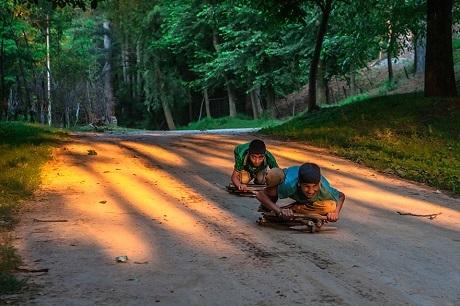 Xe đua tự chế của hai cậu thiếu niên Ấn Độ (Ảnh: Sandee Pachetan)