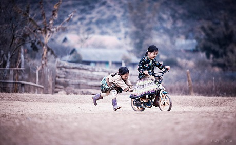 Hai cô bé dân tộc ở vùng núi phía Bắc Việt Nam (Ảnh: Trần Hữu Thắng)